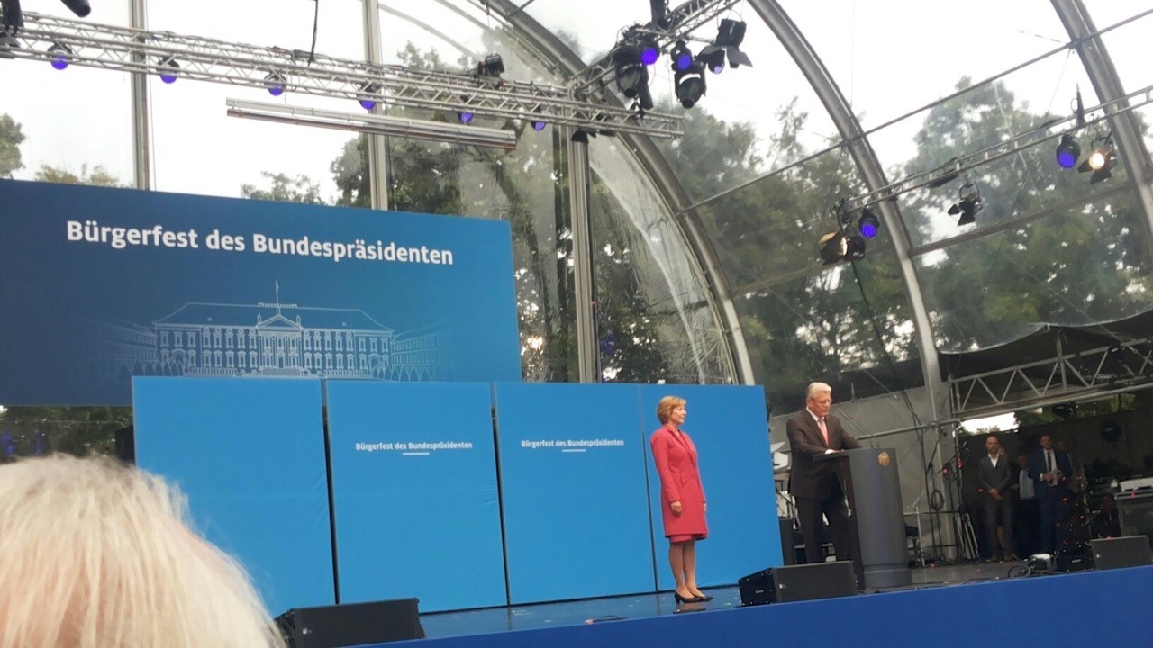 Konzertmuschel vor Schloss Bellevue (Berlin): Der Bundespräsident eröffnet sein Bürgerfest (Foto: Emre Rafiq)